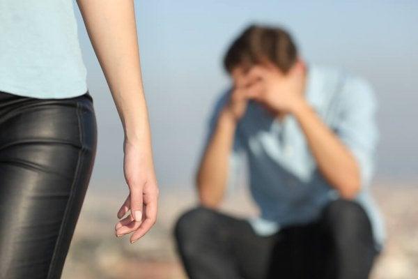 terk eden kadın ve üzgün adam