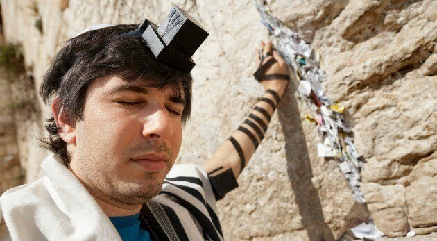 ağlama duvarında ibadet eden adam