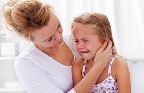 ağlayan çocuğu teselli eden kadın
