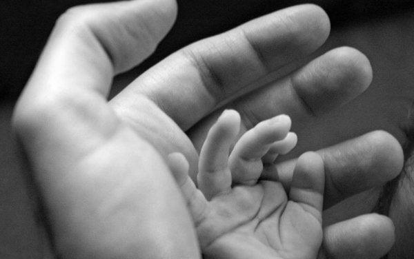 çocuğun eli babanın elinde