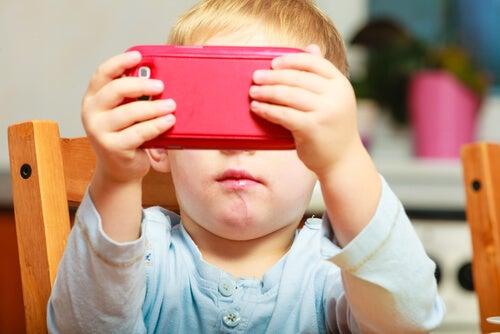 cep telefonuyla oynayan çocuk