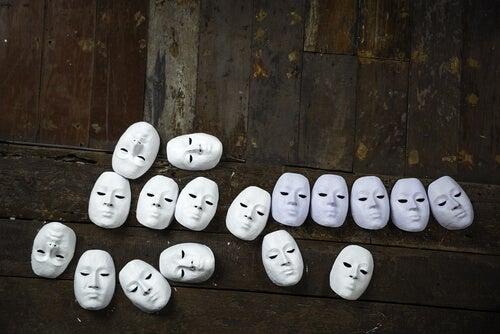 beyaz maskeler yerde