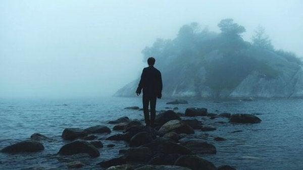 denizdeki taşlarda adam