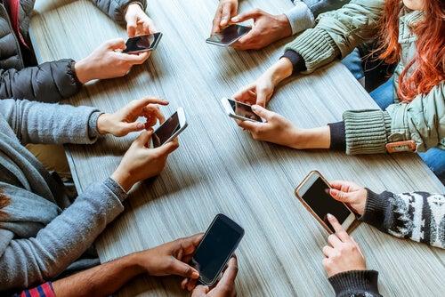 Phubbing: Cep Telefonları İlişkileri Mahvediyor