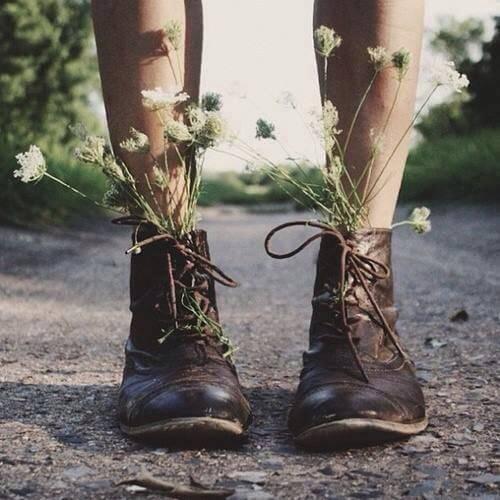 çiçeklerle dolu ayakkabı