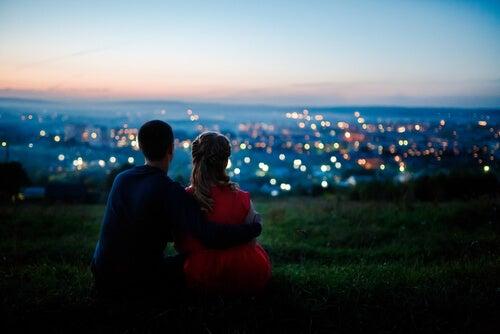 şehre bakan çift