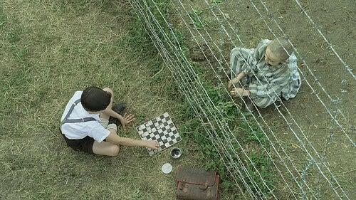 çizgili pijamalı çocuktan bir sahne
