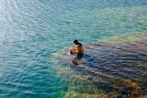 denizde oturan yalnız kız