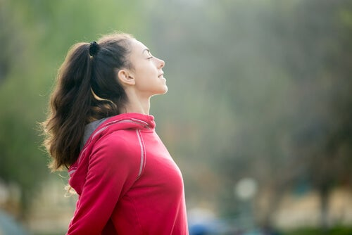 açık havada mutlu kadın