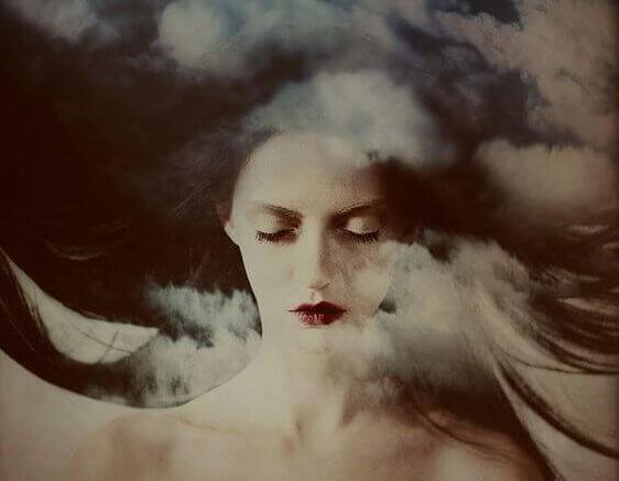 gözleri kapalı kadın ve bulut