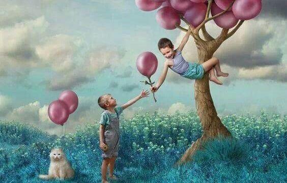 balon ağacında iki çocuk ve kedi