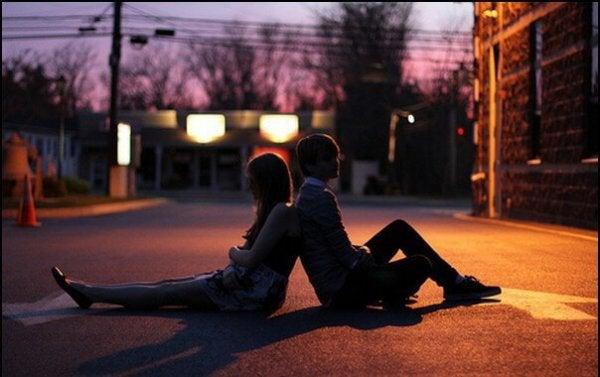 sırt sırta oturan iki kişi