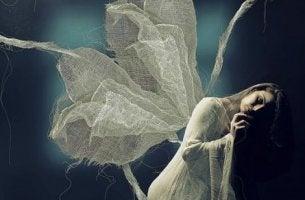 beyaz melek kadın uçuyor
