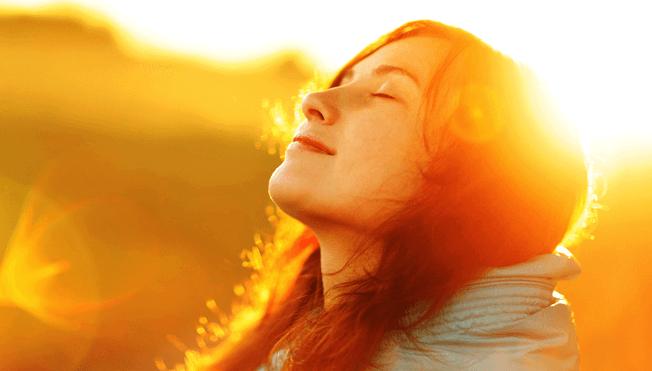 gün doğumunda meditasyon yapan kadın