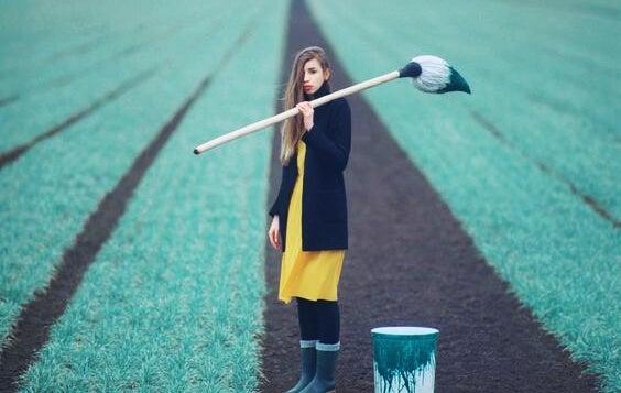 tarla boyayan kadın