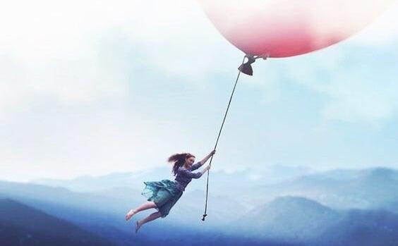 pembe balon ile uçan kadın