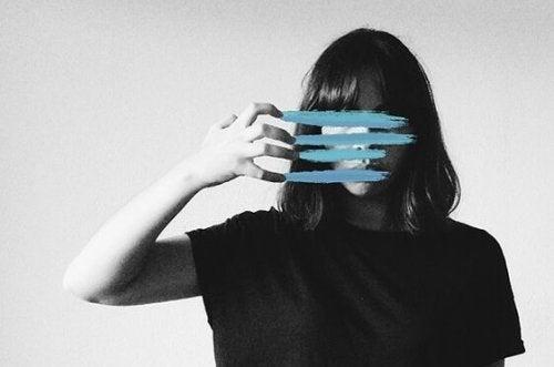 yüzünü mavi ile çizen kadın