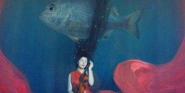 balık ve kemancı kadın