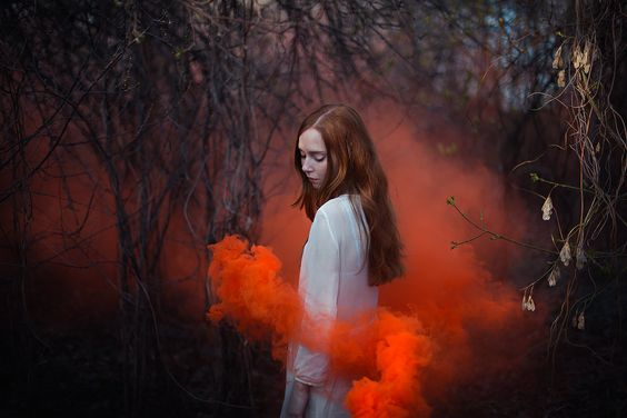 kırmızı duman içinde kız