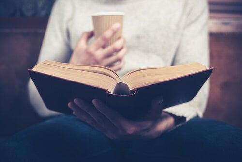 kitap okuyan adam