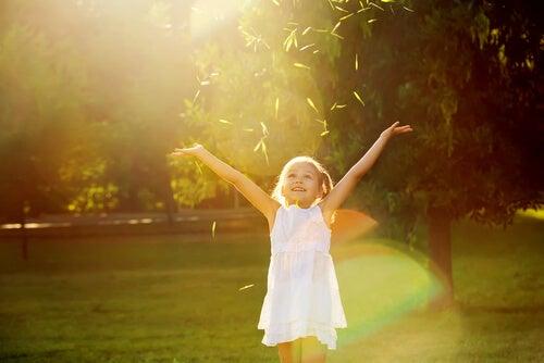 dışarıda mutlu kız çocuğu