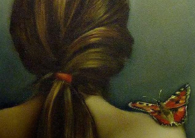 omzunda kelebekli kız