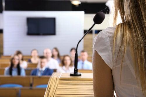 Topluluk Önünde Konuşma Korkunuzu Aşmak İçin 3 Yöntem