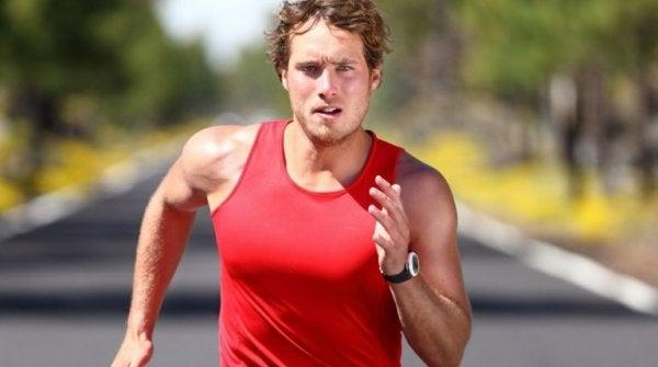 kırmızı atletli koşucu