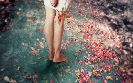 kurumuş yaprakların ortasında duran kız