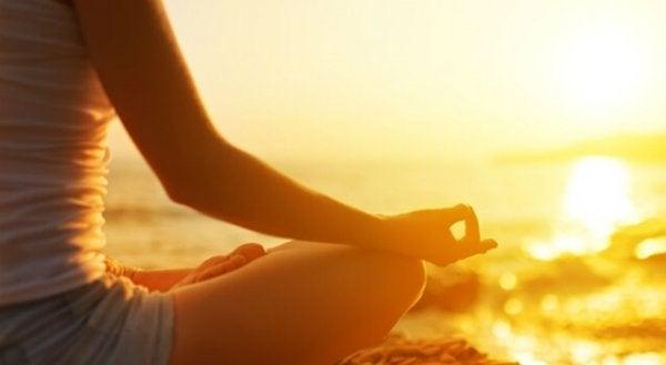 deniz kıyısında meditasyon