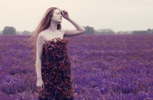 mor çiçeklerin ortasındaki kadın