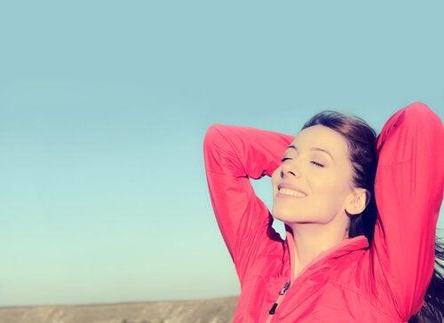 kırmızı kazaklı mutlu kadın