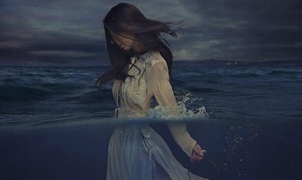 okyanustaki kadın
