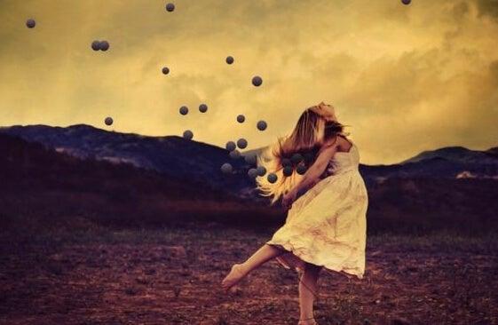 dans eden kadın ve toplar
