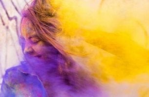 renkli toz içindeki kız