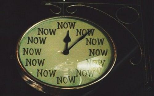 hep şimdiyi gösteren saat