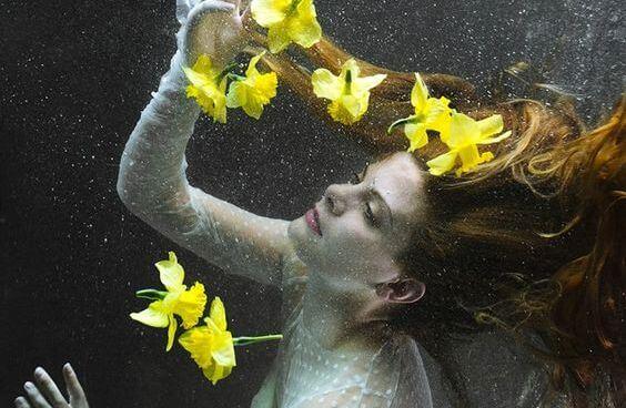 su altında kadın ve sarı çiçekler