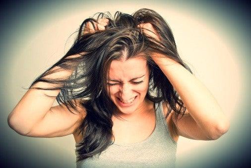 saçlarını yolan kadın