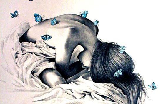 sırtında kelebekler olan üzgün kadın