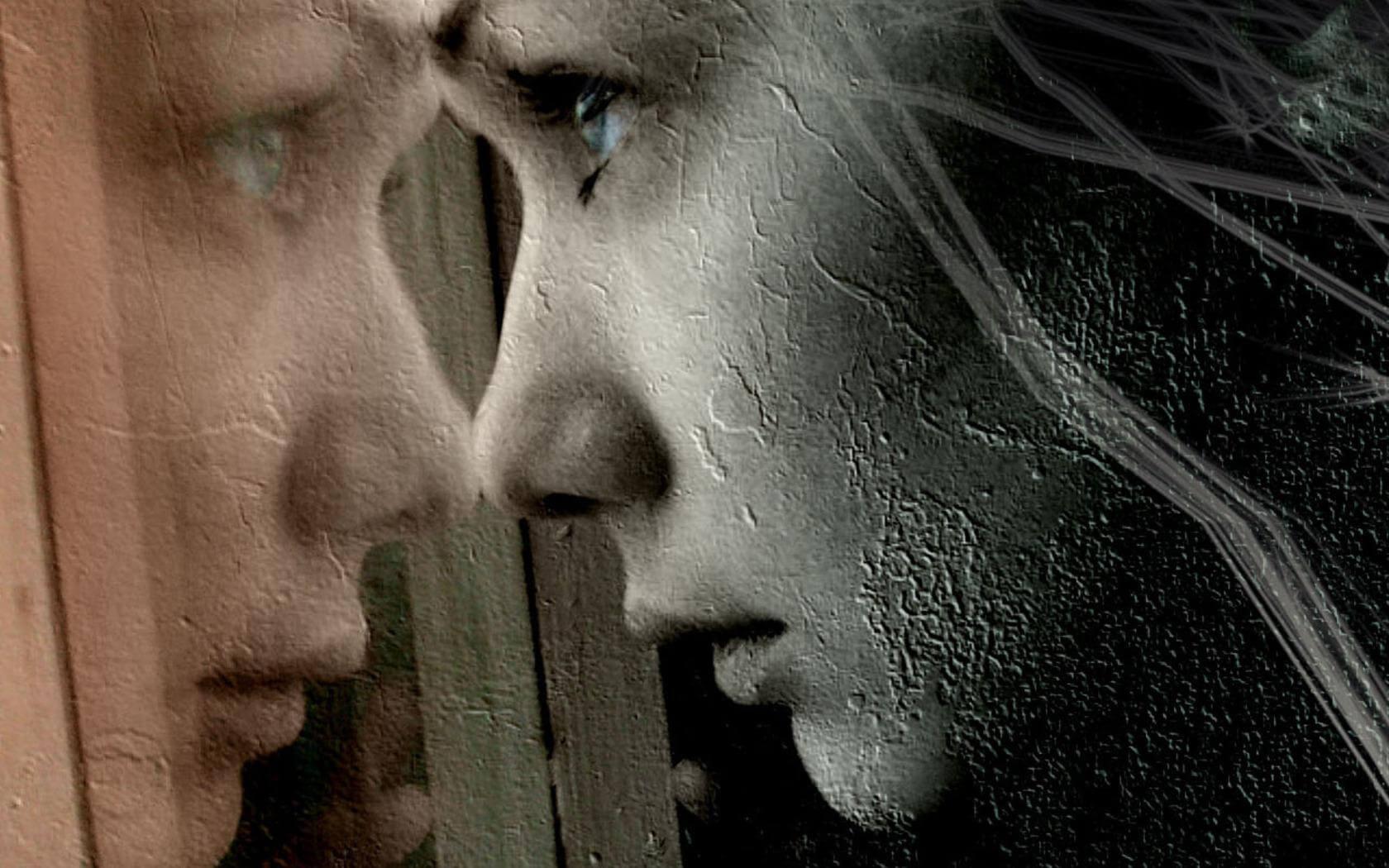 siyah beyaz cama yansıyan kadın yüzü