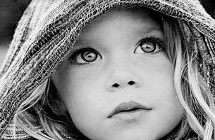 siyah-beyaz-kucuk-cocuk-anlamli-bakislar