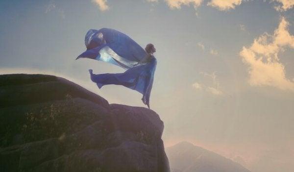 uçurumun kenarındaki kadın