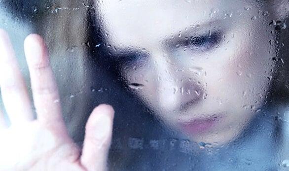 ıslak cam ve kadın