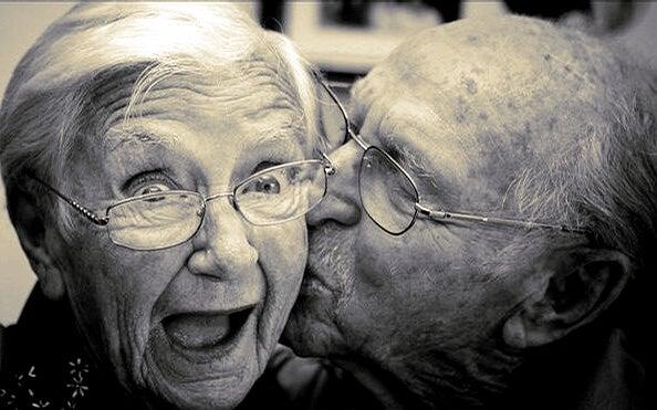 mutlu yaşlı çift