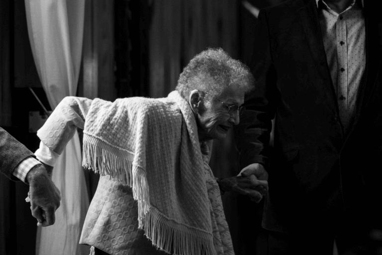 yardım alan yaşlı kadın