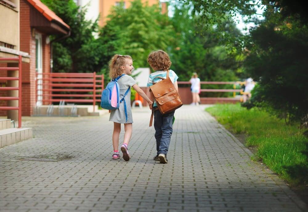 el ele yürüyen çocuklar