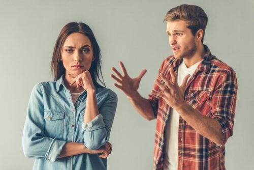 adam ve kadın kavga ediyor