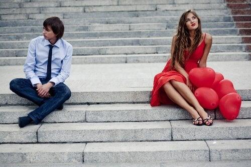 adam ve kadın merdivende oturuyor