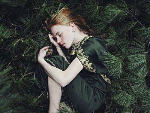 ağaç dallarının üstünde uyuyan kız çocuğu