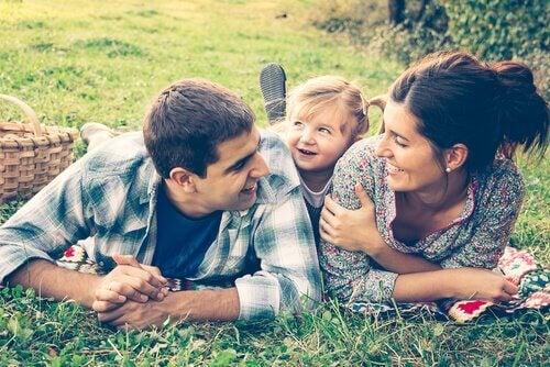 aile mutlu mesut piknik yapıyor